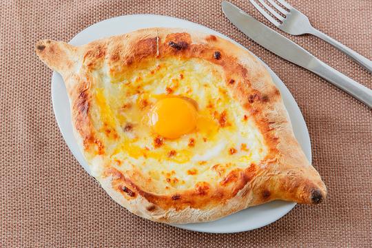 Если вы используете для начинки соленый сыр, нарежьте его перед замачиванием на небольшие ломтики