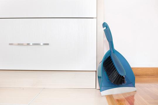 Мелкие частички овощей, хлеба, круп и муки во время приготовления неизменно оказываются на полу