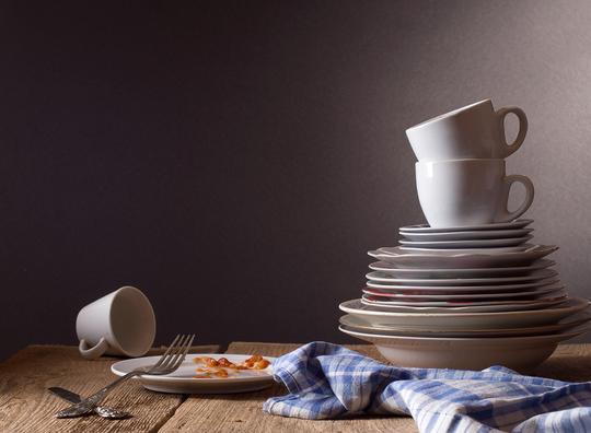 Вымытую посуду лучше сразу же вытереть и убрать в шкаф