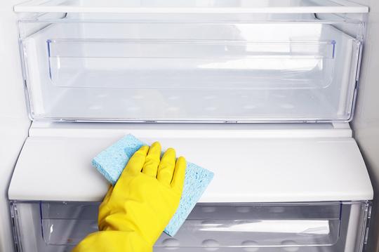 Кстати, регулярно протирать влажной тряпкой стоит не только полки, но и ручку холодильника
