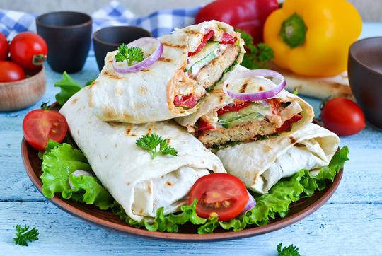 Шаурма стала пользоваться популярностью у европейцев, поскольку это блюдо быстро готовилось, было сытным ивкусным