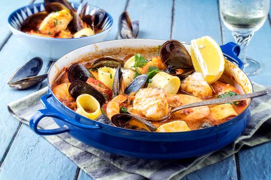 Рыба выкладывается в тарелку, и каждый добавляет ее в бульон самостоятельно
