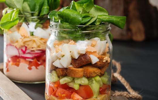 Когда придет время перекуса, переверните банку с салатом на тарелку и смешайте компоненты