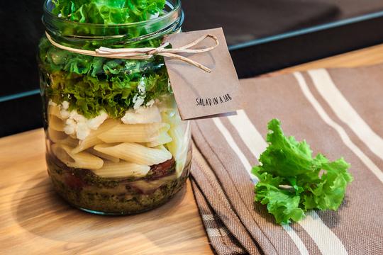 Такой аппетитный салат особенно хорош для плодотворного завершения рабочего дня