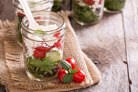 Такой средиземноморский салат не только вкусен, но и полезен