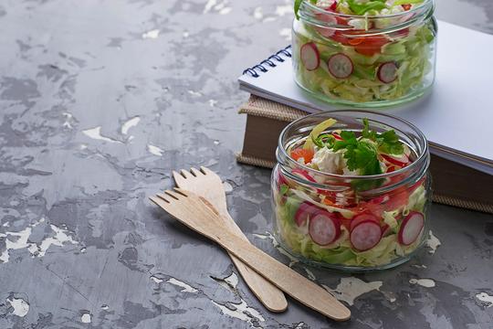 Вершиной салата станет смесь из рубленой руколы и кинзы