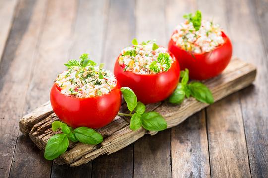 Подавайте фаршированные овощи на стол с салатами и бутербродами, украсив их зеленью, маслинами, сметаной или майонезом