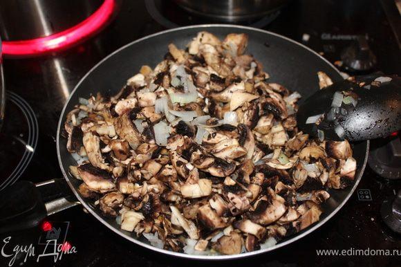 к луковицы добавить грибы мелко резанные и вместе обжаривать мин 20