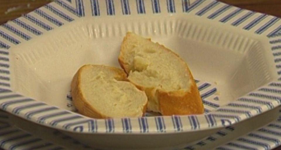 Хлеб нарезать и поджарить в тостере или на сухой сковороде.