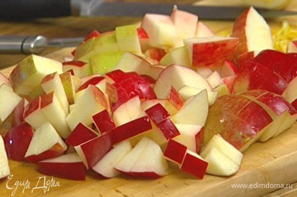 Яблоки, удалив сердцевину, нарезать кубиками и сбрызнуть лимонным соком.