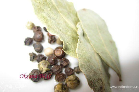 Добавить пасированый лук, перец, соль и лавровый лист.
