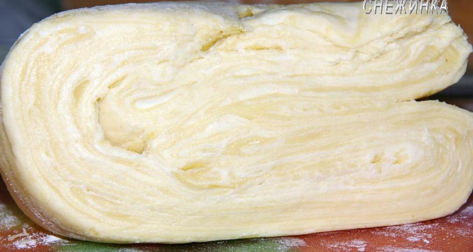 !Если Вы готовили тесто вечером с тем, чтобы готовить что-то на следующий день, лучше положить его в полиэтиленовый пакетик и в холодильник. Если тесто не потребуется долгое время, можно его заморозить, положив в пакет! Размораживается оно быстро, за 1,5-2 часа и сохраняет все свои свойства.