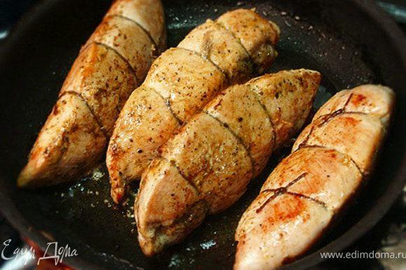 Перевязываем каждое филе шпагатом в трех местах. Сделать это надо для того, чтобы куски при обжаривании не раскрылись и расплавленный сыр весь не вытек. Обмакнем филе в масло, в котором оно мариновалось, и обжариваем на разогретой сковородке со всех сторон.