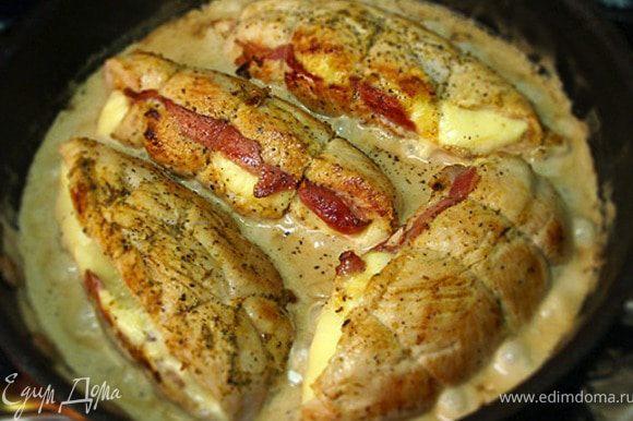 Выкладываем куски на подогретую в духовке тарелку. С них надо срезать шпагат. В сковороду, где жарилась индейка, выливаем бокал белого или розового вина. Соскабливая все от дна сковороды, перемешиваем и упариваем до половины объема, затем добавляем дижонскую горчицу и жирные сливки. Держим на среднем огне пару минут, постоянно перемешивая. Посолим и поперчим по вкусу. Добавить немного мускатного ореха. В полученный сливочный соус укладываем обратно кусочки индейки. Кладем разрезом вверх.