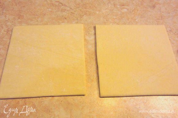 Размораживаем тесто. Из двух пластов получается 12 булочек. Соответственно в два раза больше сахара и корицы. Положите тесто на разделочную доску или стол и накройте пленкой (можно целофановыми пакетами.