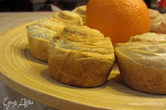 Важно! Если хотите - смажьте булочки сверху желтком, разведенным чайной ложкой воды, молоком или маслом. Можно сверху посыпать сахаром, чтобы он дополнительно карамелизовался.