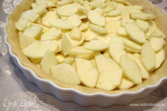 Теперь очищенные от кожуры яблоки нарезать очень тонкими кусочками и заполнить ими «корзинку».