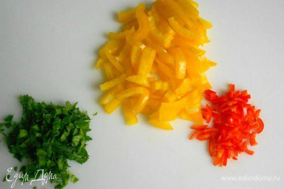 Тонко нарезать сладкий перец, петрушку и чили.