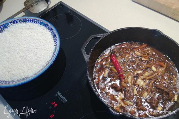 Когда вода закипит, убавляем огонь до среднего (до этого весь процесс приготовления был на сильном огне) и готовим 30-40 минут. Не забываем про рис - его необходимо замачивать в большом количестве теплой воды 30 минут. Затем воду тщательно сливаем.