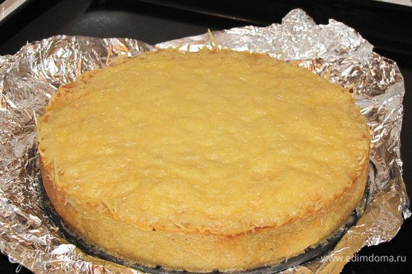 Пирог готов! Разрежьте его на кусочки и подавайте горячим. Приятного аппетита!