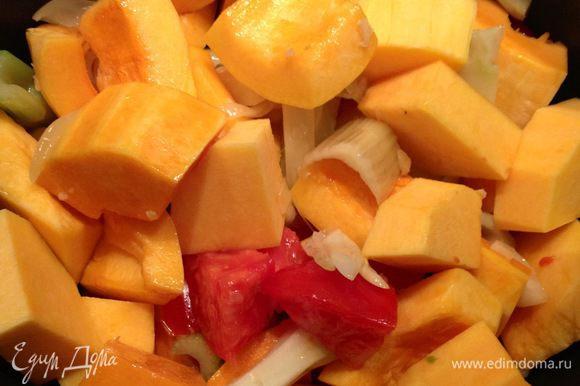 Тыкву и помидор дабавить к овощам, тушить минут 20-25 до мягкости тыквы.