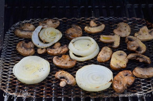 Рибай стейк с грибами и луком. Ингредиенты: винный уксус ...