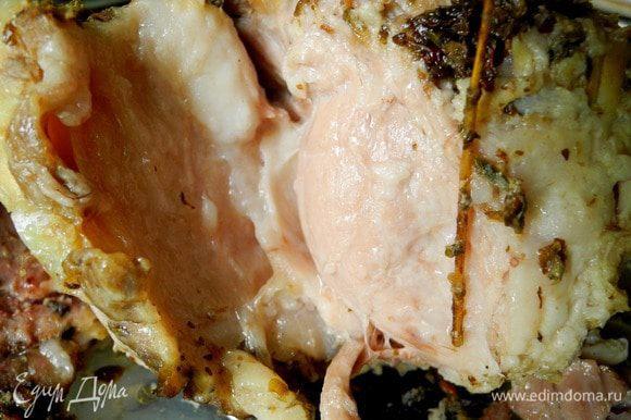 Открываем банку, счищаем сено. Получается необычайное мягкое, я бы даже сказала нежное, ароматное мясо! Великолепно как холодная закуска, но можно есть и в теплом виде. Как же это вкусно!