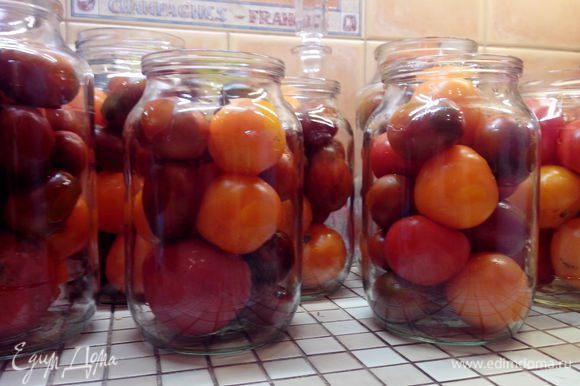 Некрупные помидоры вымыть, наколоть у основания (использую для этого или деревянную зубочистку, или маленькую, но очень острую вилку). Уложить неплотно в банки.