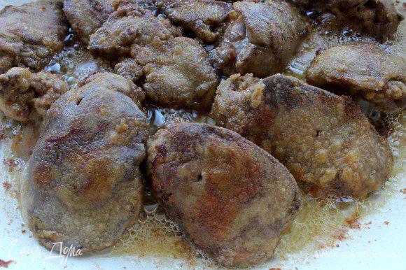 Обжарить печень небольшими порциями , постоянно помешивая, в течение 4 мин., при необходимости добавить растительное масло.