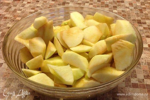 Режем очищенные яблоки, сбрызгиваем их соком половинки лимона.