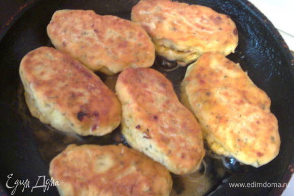 Сковороду разогреть, влить немного масла, обжарить картофляники до золотистой корочки.