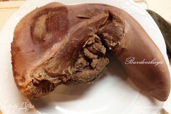 Вынимаем язык из бульона, опускаем в холодную воду и очищаем его под струей холодной воды (так легче снимается кожа). Вынимаем из бульона перец и лавровый лист.