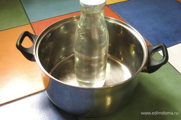 В кастрюлю поставить бутылку, наполненную водой.