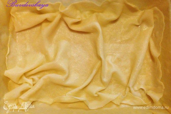 Сырой пласт теста в форме смазать растопленным сливочным маслом, сверху выложить второй пласт теста (отварной) и опять смазать маслом.