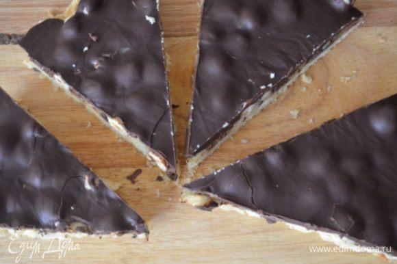 Готовое печенье достать из формы (это очень просто делается) и нарезать на треугольники.