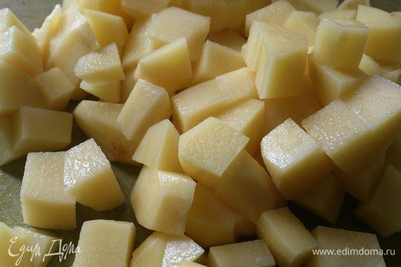 Когда вода закипит, заложить в нее порезанный мелкими кубиками картофель