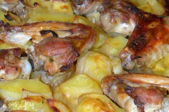 Картофель режем на 4 части и кладем всё в одну миску, туда же кладем крылышки, лук (крупно порезанный), чеснок, соль, приправу, всё перемешиваем.