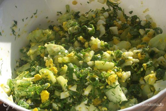 Огурец очистить от кожуры и мелко нарезать. Все ингредиенты перемешать, добавить соль, перец и еще раз перемешать.