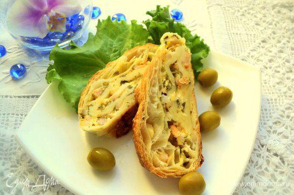 Готовый рулет охладить. Перед подачей порезать рулет кусочками. Гарнировать оливками, зеленью. Подавать с салатом. Приятного аппетита!