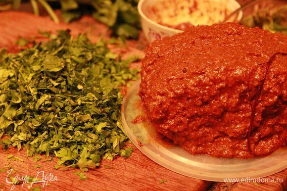 Обвязываем наше мясо шпагатом или нитками и густо обмазываем чаманом, приготовленным накануне.