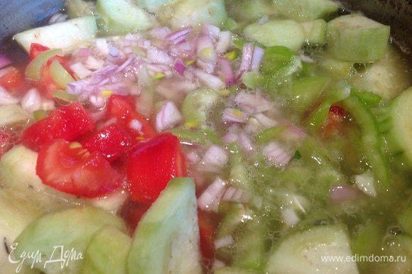 Затем выложите баклажаны, помидоры, болгарский перец и лук, варите около 10-12 минут.