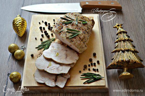 Подавайте блюдо на стол в качестве холодной закуски, украсив веточкой розмарина. Приятного вам аппетита!