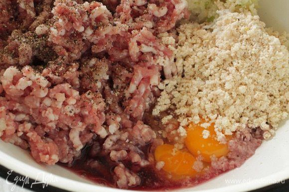 Свинину и куриное филе пропустить через мясорубку вместе с репчатым луком, добавить сухое красное вино, хлебные крошки, яйцо (мне попалось с двумя желтками), посолить и поперчить по вкусу.