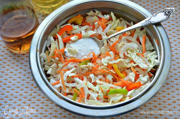 Перемешайте капусту, лук, перец, морковь в большой миске. Добавьте, соль, сахар, уксус, растительное масло и тщательно перемешайте. Лучше это сделать руками. Переложите капусту по банкам, накройте крышкой и оставьте при комнатной температуре на 2-3 дня. Затем уберите в холодильник.