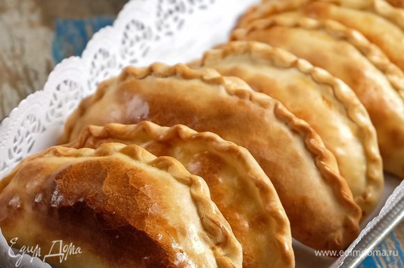 Ставим пирожки в духовку и сразу же снижаем температуру до 190°C. Выпекаем минут 30-40 до уверенной румяной корочки.
