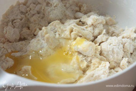 Нарежьте масло на кубики и, добавив муку с солью, порубите в комбайне или блендере в крошку. В крошку влейте яйцо с желтком и максимально быстро, в несколько заходов замесите тесто.