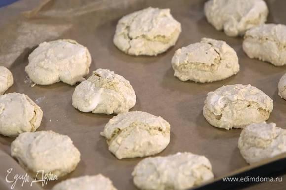 Выпекать печенье в разогретой духовке 20‒25 минут.