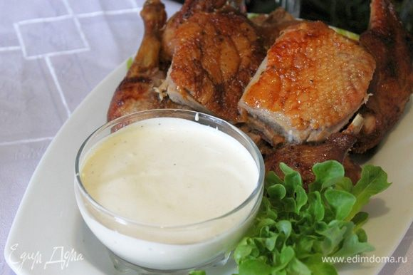 На блюдо поставьте пиалу с соусом, красиво разложите утку, украсьте зеленью и подавайте к столу.