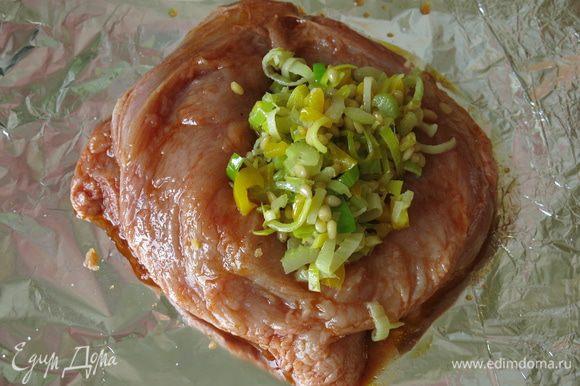 Солим филе внутри и снаружи. Фаршируем овощами с орехами филе.
