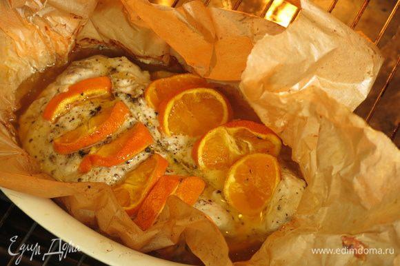Поливаем соусом и ставим еще на 10 — 15 минут в духовку, периодически увлажняя мясо. Получается очень пряное сочное филе за счет такой подливки.